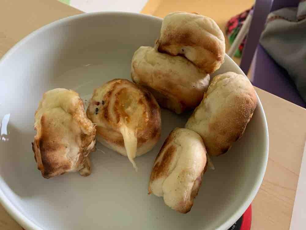 Pizzabrötchen, gefüllt mit Hinterschinken und Gouda-Käse  von joernoliverpeters   Hochgeladen von: joernoliverpeters
