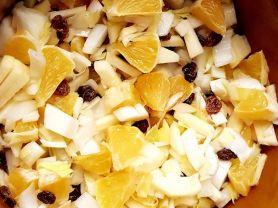 Chicoréesalat mit Rosinen und Obst, bitter-süß | Hochgeladen von: Nini53
